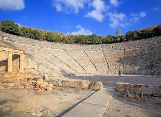 Neben den Ausmaßen des Theaters von Epidaurus in Griechenland beeindruckt vor allem seine ausgezeichnete Akustik - © Pavel Kirichenko / Shutterstock