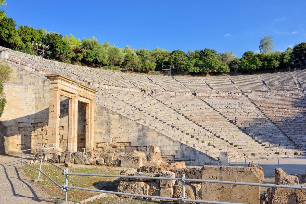 Seit 1988 zählt die gesamte archäologische Stätte von Epidauros, Griechenland, zum Weltkulturerbe der UNESCO - © Oleg Znamenskiy / Shutterstock