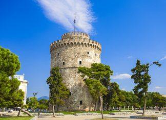 Der Weiße Turm von Thessaloniki liegt direkt am Meer und ist das Wahrzeichen der Stadt, Griechenland - © Anastasios71 / Shutterstock