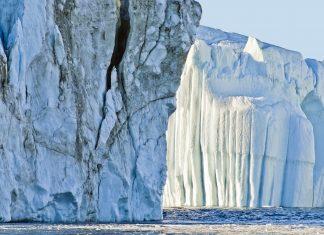 Gewaltige Eisbergformation im Ilulissat-Eisfjord, einem der wenigen Punkte, an denen die ewige Eisdecke Grönlands das Meer erreicht - © Christian Wilkinson / Shutterstock