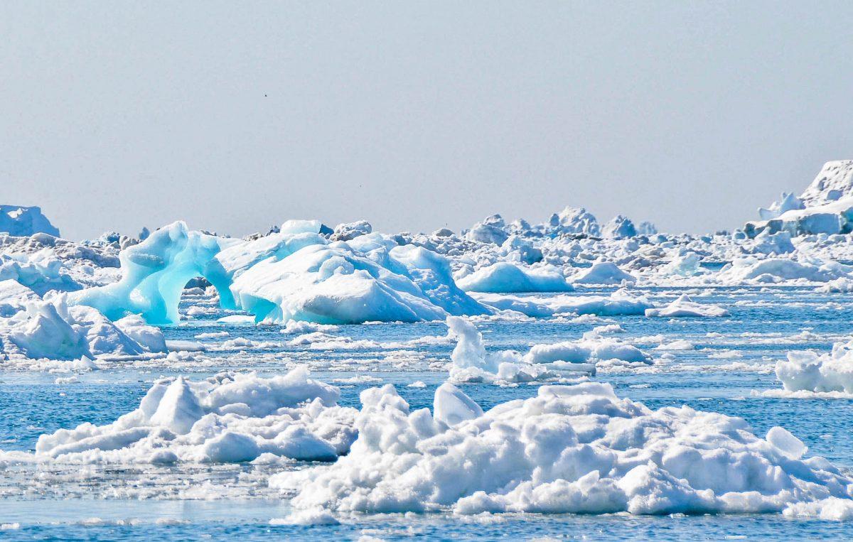 Riesige Eispaläste sammeln sich in der Diskobucht an und schweben majestätisch über die Wasseroberfläche, Ilulissat-Eisfjord, Grönland    - © svanberggrath / Fotolia