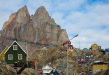 Die farbenfrohen Häuser des Dörfchens Uummannaq  werden vom gleichnamigen Berg überragt, Grönland - © JuBo14 CC BY-SA3.0/Wiki