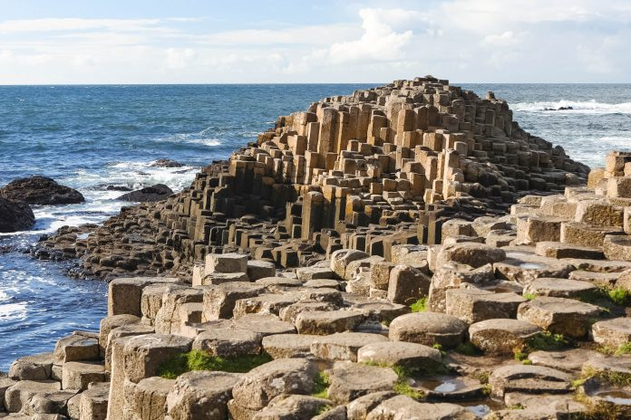 Am Giant's Causeway erstrecken sich auf einer Länge von 5km an die 40.000 absolut gleichmäßig geformte Basaltsäulen an der Küste Nordirlands bis ins Meer hinein, Großbritannien - © Joe Gough / Fotolia