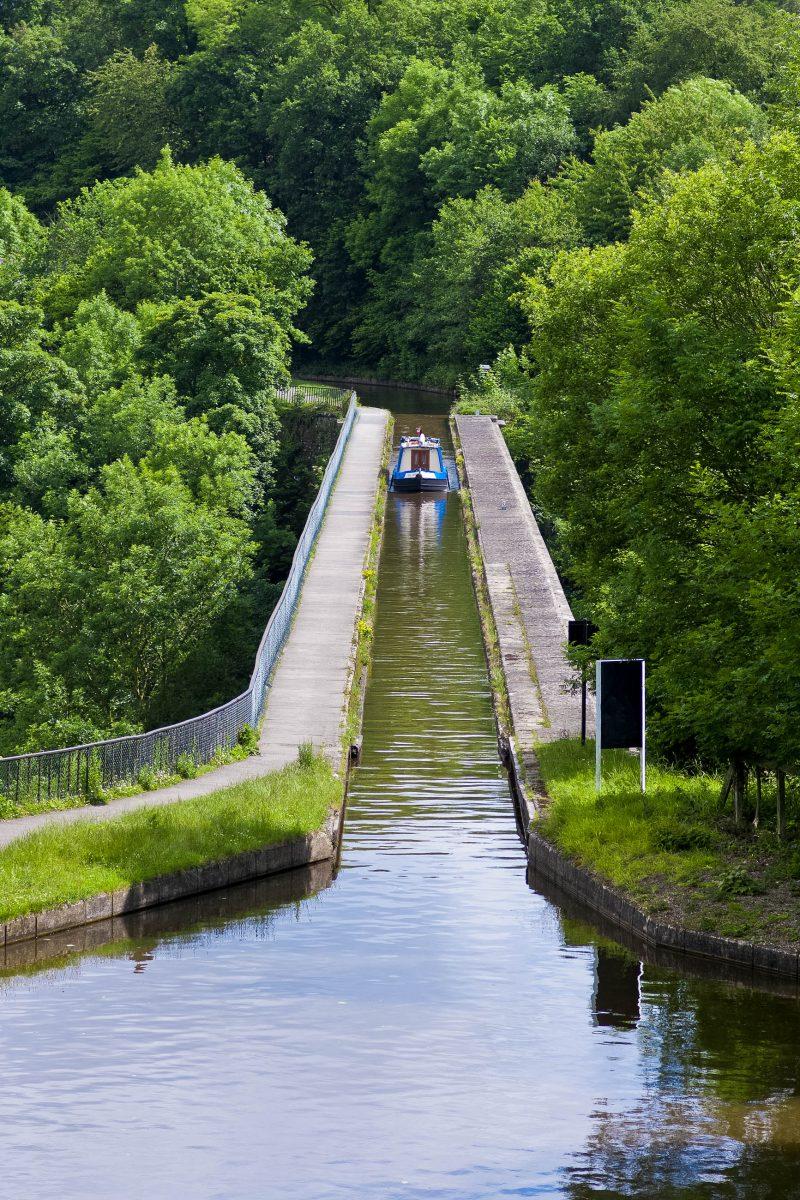 Auf dem Pontcysyllte-Aquädukt verkehren so genannten Narrowboats, der typische Bootstyp für die englischen und walisischen Kanäle, Großbritannien - © meirion matthias / Shutterstock