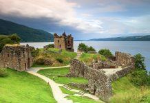 Blick über die Ruinen des Urquhart Castle, einst die größte Festung Schottlands, auf den See Loch Ness - © imacture / Fotolia