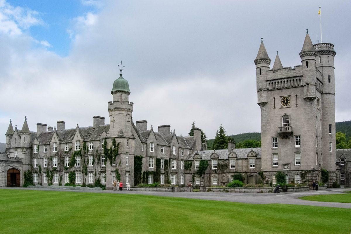 Das Balmoral Castle inmitten eines prachtvollen englischen Landschaftsgartens wurde von der Queen zu ihrem Sommersitz auserkoren, Großbritannien - © flog / franks-travelbox