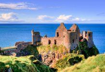 Das Dunluce Castle an der Nordküste Nordirlands ist eine der größten mittelalterlichen Ruinen Großbritanniens und thront auf einem zerklüfteten Basaltfelsen über dem Atlantik - © ydefar / Fotolia