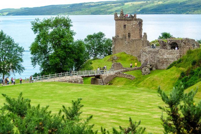Das imposante Urquhart Castle liegt am Ufer des berühmten Loch Ness und zählt zu den meist besuchten Sehenswürdigkeiten Schottlands, Großbritannien - © flog / franks-travelbox