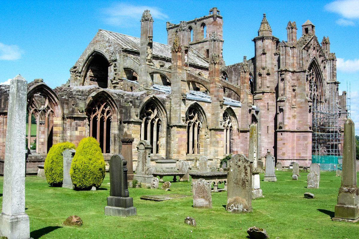 Die eindrucksvollen Ruinen des Melrose Abbey in Schottland zählen zu Großbritanniens bedeutendsten Beispielen mittelalterlicher Klosterarchitektur - © flog / franks-travelbox