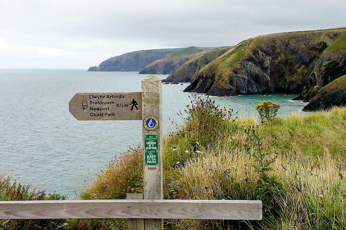 Die Etappen am Pembrokeshire Coast Path haben eine Länge von 11 bis 30 Kilometern und beinhalten oft steile Anstiege, Großbritannien - © Hogyn Lleol CC BY-SA 3.0/Wiki
