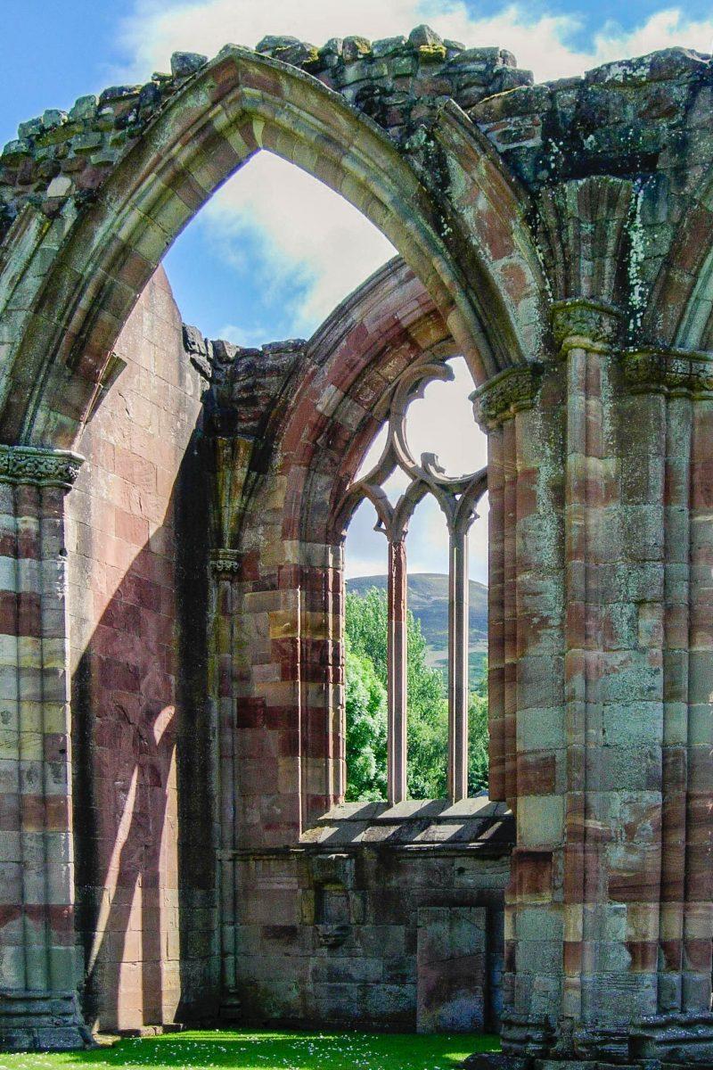 Die imposanten Ruinen des 1136 gegründeten Melrose Abbey in Schottland stammen aus dem 15. Jahrhundert, Großbritannien - © flog / franks-travelbox