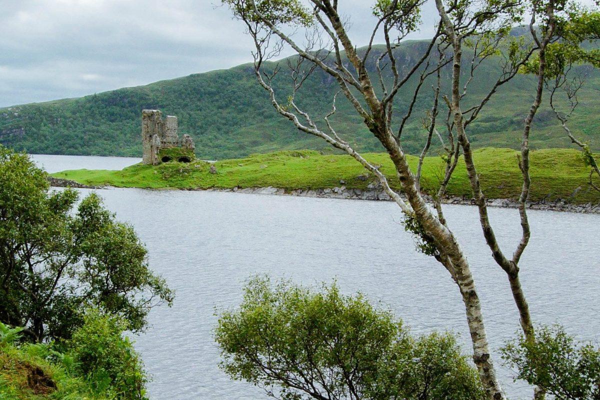 Hie und da wächst eine alte steinerne Ruine aus den weiten Ebenen der Highlands im Norden Schottlands, Großbritannien - © flog / franks-travelbox