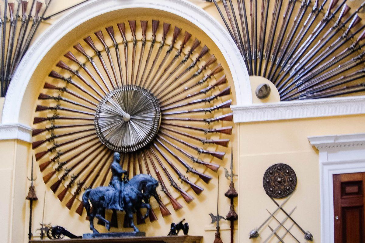In der Waffenhalle des Inveraray Castle, dem höchsten Raum Schottlands, sind Waffen aus dem 16. Bis 18. Jahrhundert ausgestellt, Großbritannien - © flog / franks-travelbox