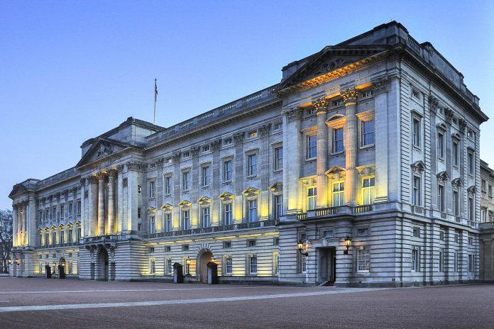 Der Buckingham Palace selbst ist von außen prunkvoll anzusehen. Er ist seit der Zeit Königin Victorias Sitz der britischen Krone, London, Großbritannien - © alberghina / Fotolia