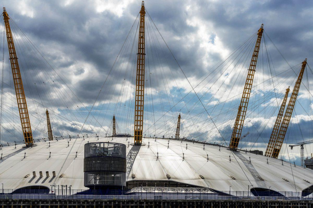 Die 12 jeweils 100 Meter hohen Masten, die aus der Kuppel der O2-Arena ragen, sollen das Ziffernblatt einer Uhr symbolisieren, London, Großbritannien - © Philip Bird LRPS CPAGB/Shutterstock