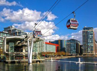 """Die Emirates Air Line, auch als """"London Cable Car"""" bekannt, wurde für die Olympischen Sommerspiele 2012 eröffnet und ist nach der Fluglinie """"Emirates"""" benannt, Großbritannien - © IR Stone / Shutterstock"""