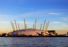 In der gewaltigen Halle der O2-Arena geben Musikgrößen aus aller Welt ihre Shows zum Besten, London, Großbritannien - © mikecphoto / Shutterstock
