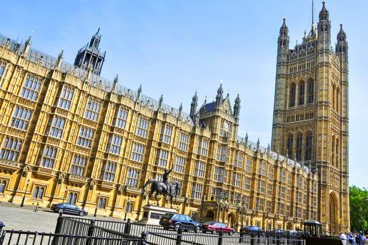 "The Houses of Parliament in London, auch ""Palace of Westminster"" genannt, fungieren als Sitz der beiden Parlamente Großbritanniens, dem House of Lords und dem House of Commons - © nito / Shutterstock"