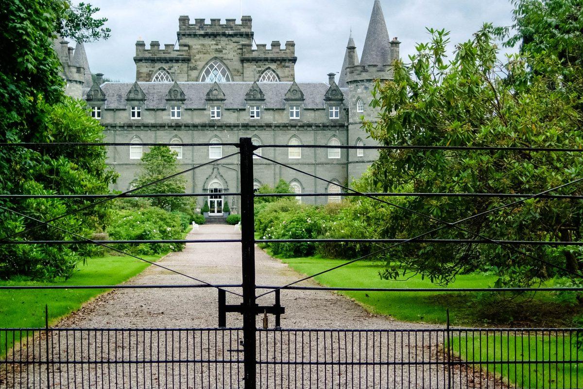 Nach der Besichtigung des Schlosses lohnt sich ein Spaziergang durch den wunderschön angelegten Park, der Inveraray Castle umgibt, Schottland, Großbritannien - © flog / franks-travelbox