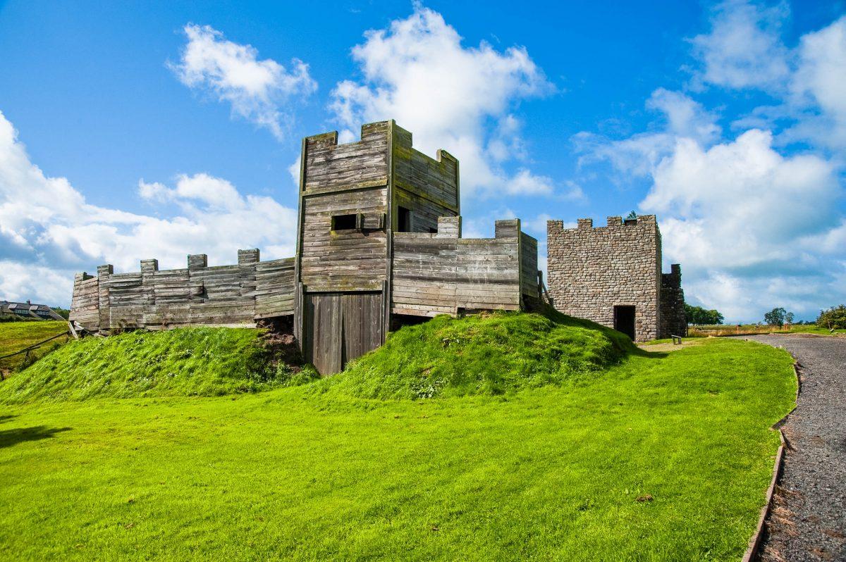 Rekonstruktion der römischen Festung Vindolanda am 113 Kilometer langen Hadrianswall, Großbritannien - © Jaime Pharr / Shutterstock