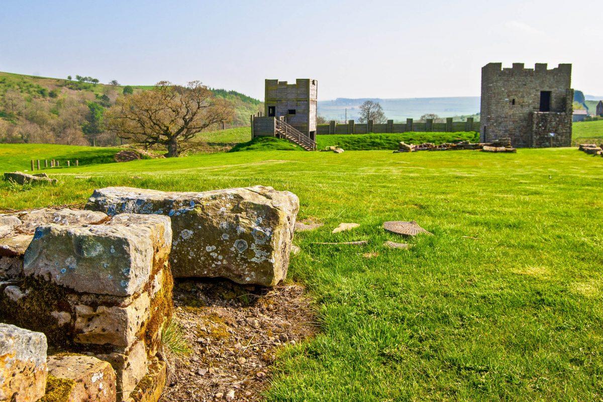Ruinen der ehemaligen römischen Festung Housesteads am Hadrianswall, der einstigen nördlichen Grenze des Römischen Reiches in Großbritannien - © Jule_Berlin / Shutterstock