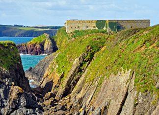 Vom Pembrokeshire Coast Path fällt der Blick auf Thorn Island vor der Küste von Wales, Großbritannien - © Ainslie CC BY-SA 3.0/Wiki
