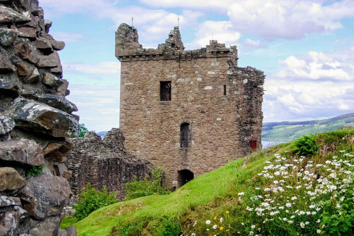 Vom weithin sichtbaren Tower House, dem best erhaltenen Teil von Urquhart Castle, hat man einen wunderbaren Blick über Loch Ness, Schottland, Großbritannien - © flog / franks-travelbox