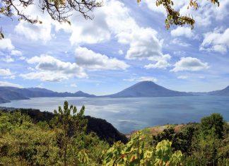 Blick auf den Atitlán See in der Provinz Sololá im westlichen Hochland von Guatemala  - © VanHart / Shutterstock