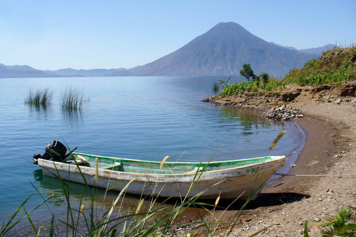 Boot am am Atitlán See, dem drittgrößten Süßwassersee von Guatemala - © Kyra Pfetzing / Shutterstock