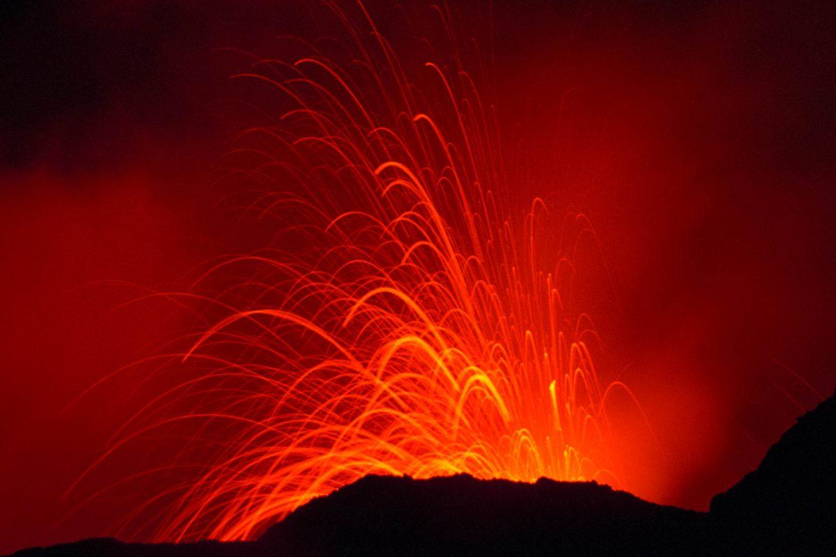 Der feuerspeiende Vulkan Pacaya bei Nacht, Guatemala - © Vulkanette / Shutterstock