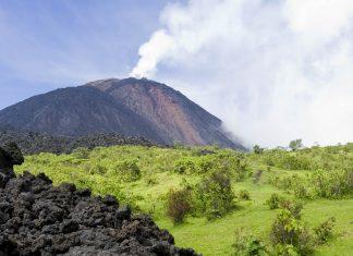 Der rauchende Vulkan Pacaya mit Lava Felsen im Vordergrund, Guatemala  - © Matt Cooper / Shutterstock