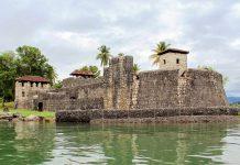 Die Festung Castillo San Felipe de Lara an der nordöstlichen Engstelle des Izabal-Sees ist eine der Hauptattraktionen am Ufer des Izabal-Sees, Guatemala - © vgudielphotos / Fotolia