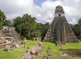 Die Jaguar Pyramide und andere Ruinen im Tikal Nationalpark, Guatemala - © Daniel Loncarevic / Shutterstock