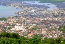 Blick aus der Luft auf Cap Haïtien; die Stadt punktet mit dem entspannten Flair einer karibischen Stadt und kolonialer Architektur, Haiti - © Rémi Kaupp CC BY-SA3.0/Wiki
