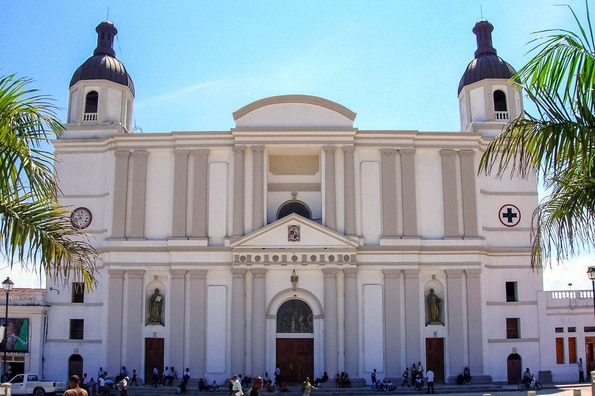Die gut erhaltene Kathedrale Nôtre Dame in Cap Haïtien ist wohl das schönste Gebäude der Stadt, Haiti - © Rémi Kaupp CC BY-SA3.0/Wiki
