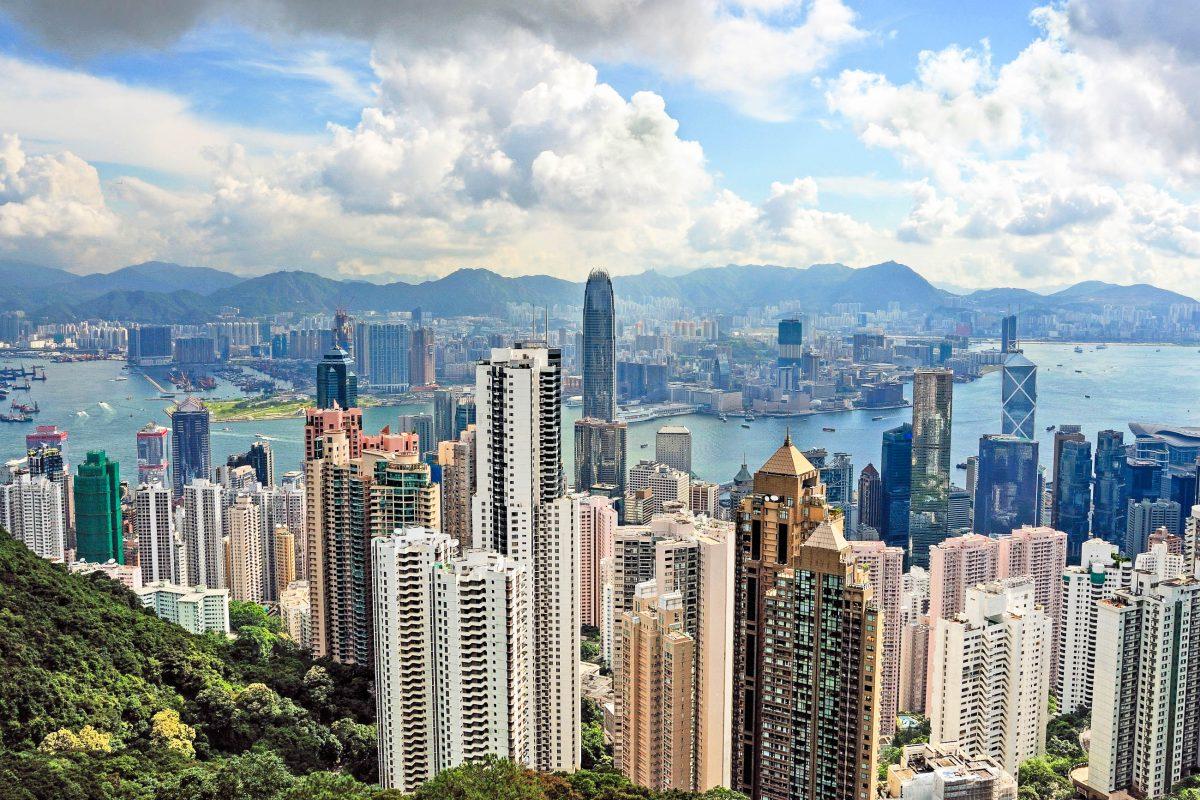 Blick vom Viktoria Peak auf die Wolkenkratzer und den Hafen von Hongkong - © claudiozacc / Fotolia