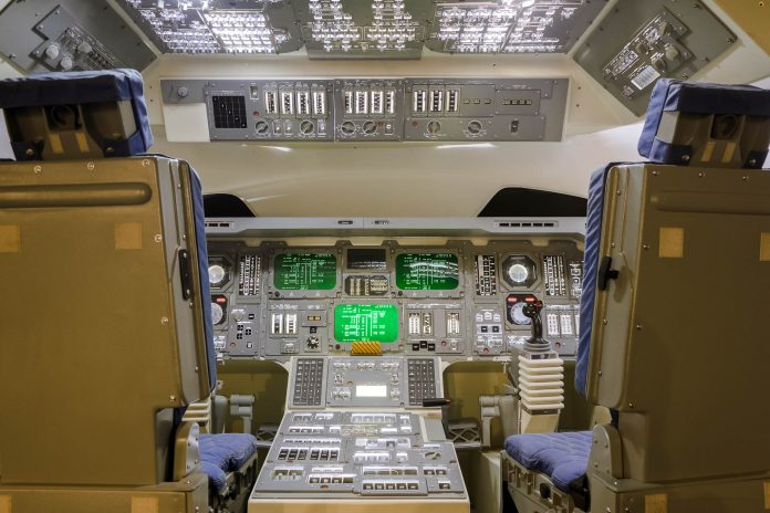 Das Cockpit eines Space Shuttle Modells im Space Museum in Hongkong - © TungCheung / Shutterstock