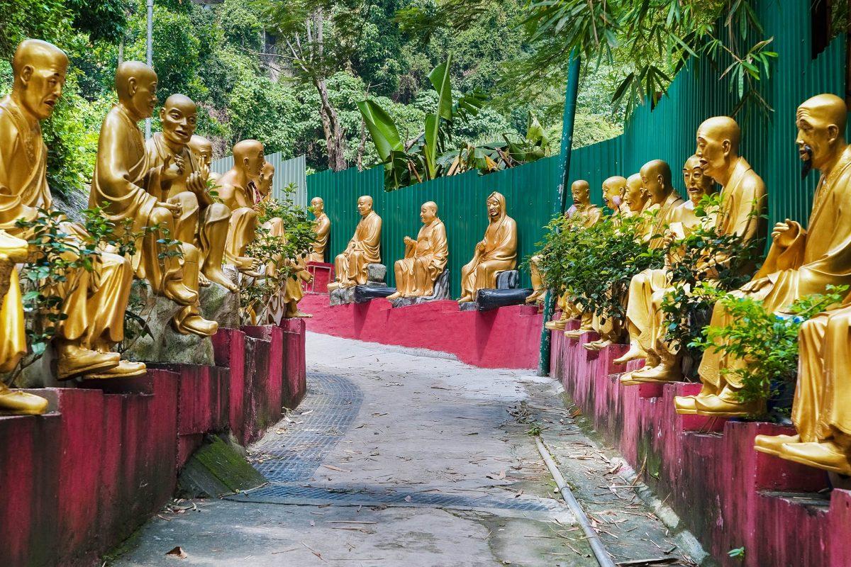 Das Gelände des Tempels der 10.000 Buddhas umfasst eine Fläche von 8 Hektar, Hongkong - © Ella Hanochi / Shutterstock