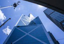 Der Bank of China Tower in Hongkong zählt zu den höchsten Gebäuden der Welt; seine markante Form mit der verspiegelten Fassade wurde einem sprießenden Bambus nachempfunden - © ben bryant / Shutterstock