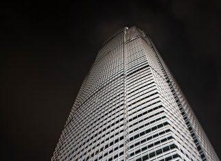 Der IFC2-Tower ist das höchste Gebäude von Hongkong und Teil des gewaltigen International Finance Center Komplexes - © Bobo Ling / Shutterstock