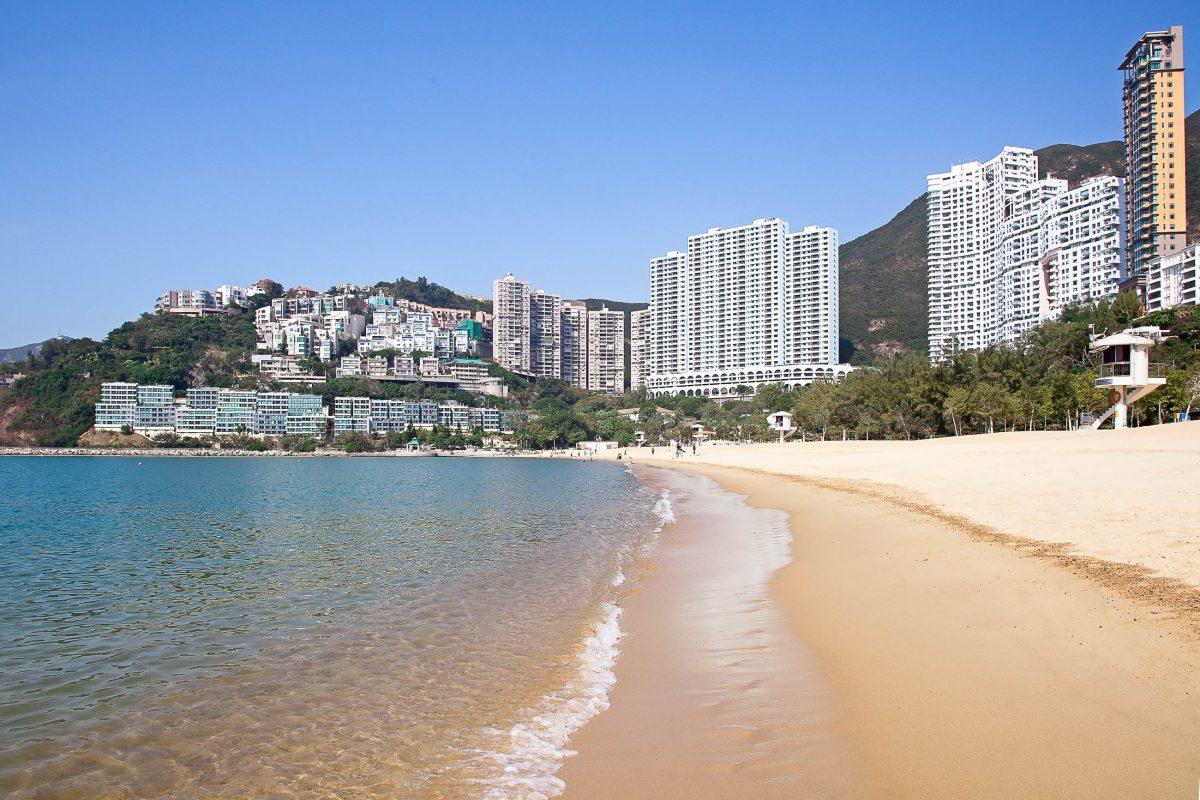 Repulse Bay im Süden von Hong Kong Island ist der längste und beliebteste Sandstrand Hong Kongs - © swisshippo / Fotolia