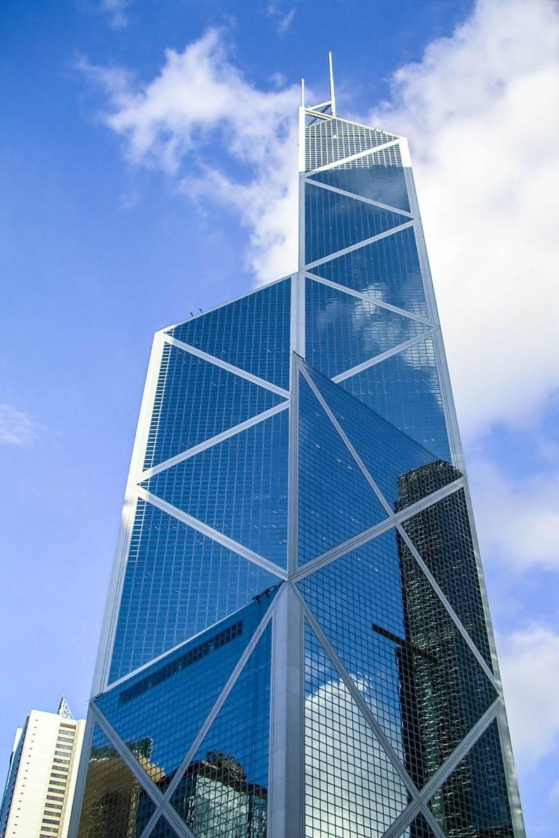 Im ersten Augenblick erinnert die geometrische Struktur des Bank of China Tower an einen enormen Kristall inmitten der Hochhaus-Wüste Hong Kongs - © Norman Chan / Shutterstock
