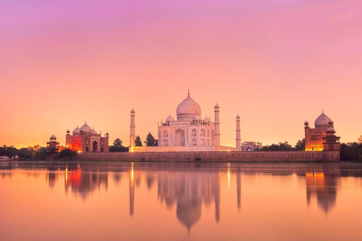 Blick auf das Taj Mahal kurz nach Sonnenuntergang über den Fluss Jumna, Indien - © Boris Stroujko / Shutterstock