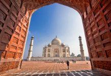 Das eindrucksvolle Taj Mahal ist ein Mausoleum, welches auf einer 100 mal 100 Quadratmeter großen Marmorplattform errichtet wurde, Indien - © R.M. Nunes / Shutterstock