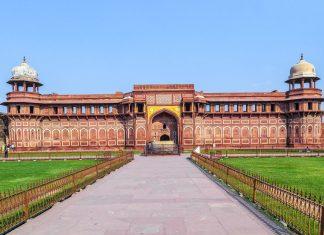 Das Rote Fort im indischen Agra stammt in seiner heutigen Form aus dem 16. Jahrhundert und liegt nur gut 2km vom Taj Mahal entfernt am Ufer des Flusses Yamuna, Indien - © Jörg Hackemann / Fotolia
