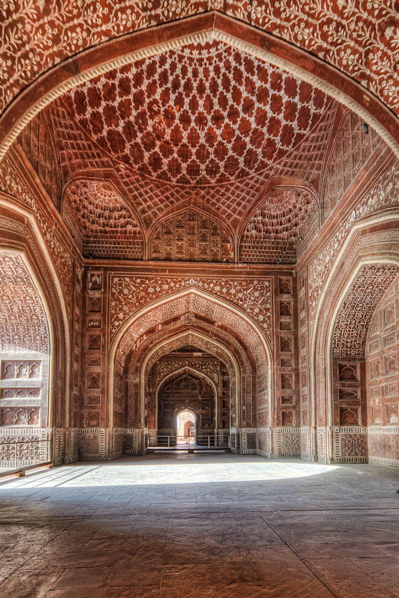 Das Taj Mahal wurde innen mit Kalligraphien, hauptsächlich Auszügen aus dem Koran, geschmückt, Indien - © Mukul Banerjee/Shutterstock
