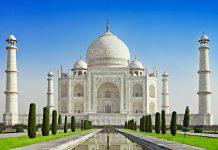 Der prächtige Palast Taj Mahal aus weißem Marmor ist das Wahrzeichen Indiens und eines der weltweit am besten bekannten Bauwerke des Landes - © Andrey Khrobostov / Fotolia