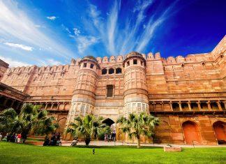 Prachtvolles Eingangstor in den imposanten Mauern des Roten Forts in Agra, Indien - © Waj / Shutterstock