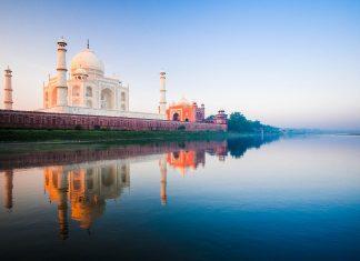 Wunderschöner Sonnenaufgang beim Taj Mahal, Indien - © Pius Lee / Shutterstock