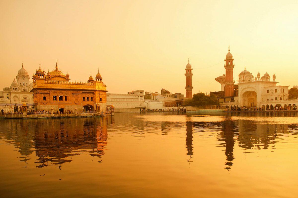 Der Goldene Tempel in Amritsar, Indien, verkörpert die Einstellung der Sikhs, dass alle Menschen gleich sind - © szefei / Shutterstock